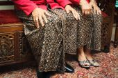 """Jarik"", the traditional clothing worn like a skirt, for men and women."